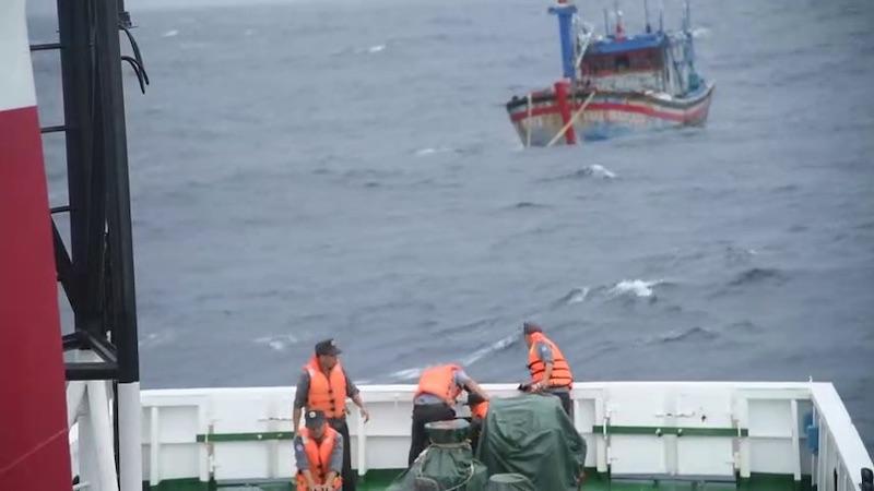 Tàu cá BĐ 98658 TS đang được lai dắt vào bờ -0