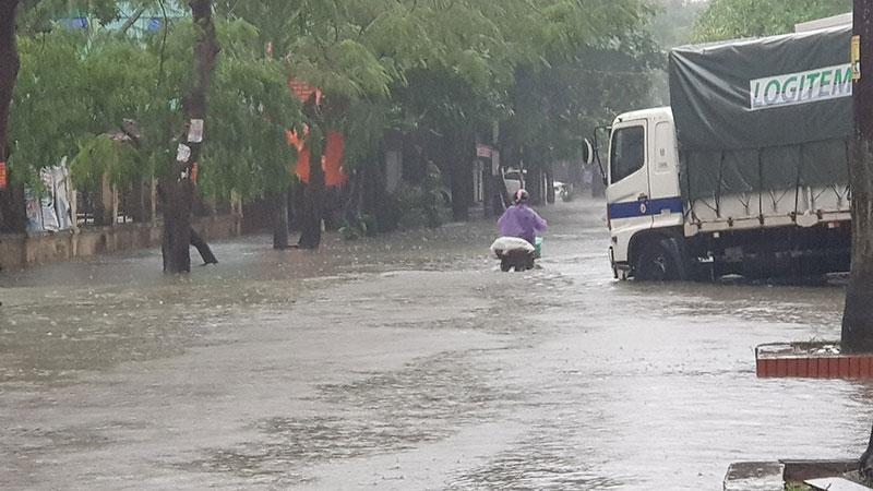 Mưa lớn, nhiều tuyến đường ở TP Vinh ngập sâu trong nước, học sinh nghỉ học -0
