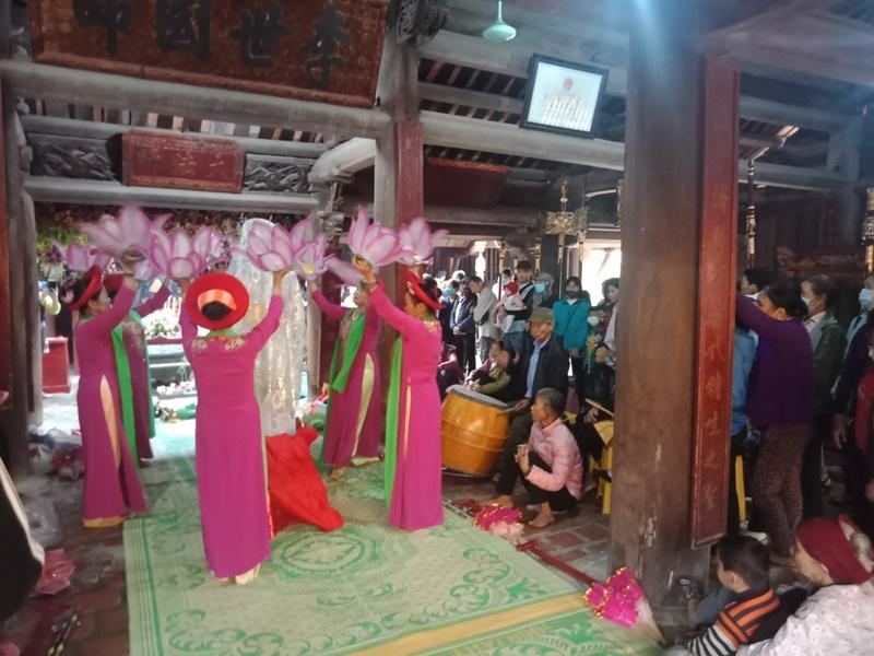 Hàng nghìn khách hành hương đến chiêm bái, dâng hương tại lễ hội chùa Keo -0