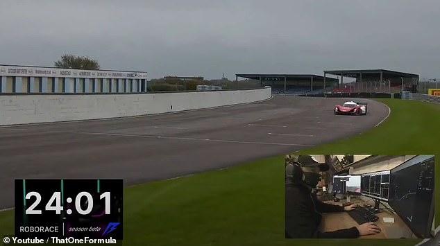 Ô tô tự hành đâm vào tường rào trong cuộc đua xe không người lái đầu tiên -0
