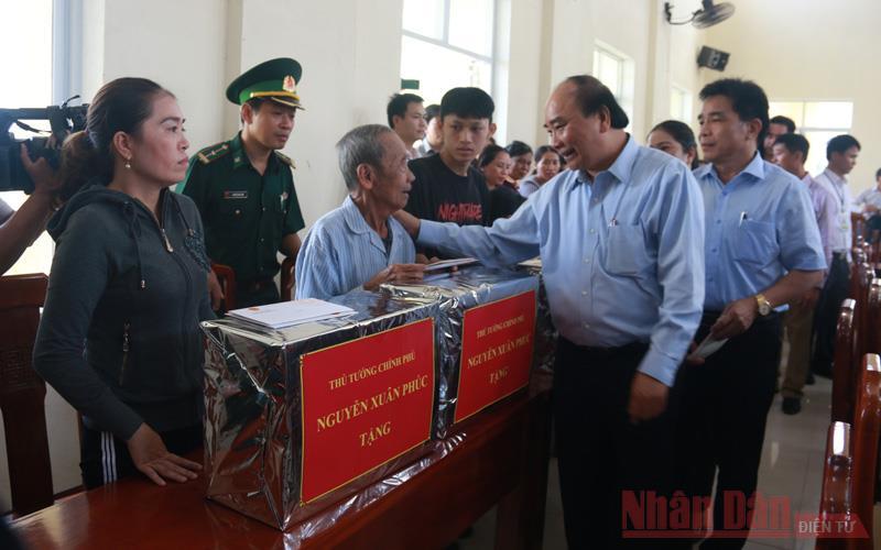 Thủ tướng Nguyễn Xuân Phúc thăm hỏi, tặng quà nhân dân vùng tâm bão Quảng Ngãi, Quảng Nam -0