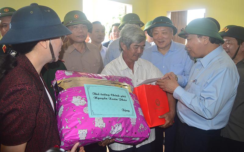 Thủ tướng Nguyễn Xuân Phúc thăm hỏi, tặng quà nhân dân vùng tâm bão Quảng Ngãi -0