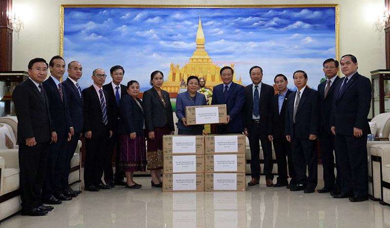 Việt Nam trao 30 nghìn khẩu trang hỗ trợ Lào phòng chống Covid-19 -0