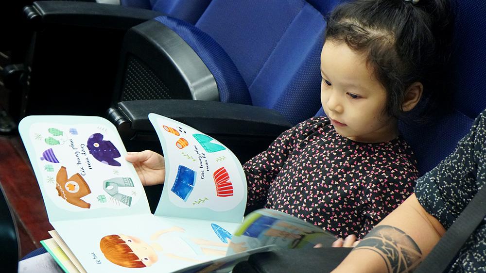 """""""Đọc sách"""" cho trẻ chưa biết đọc -0"""