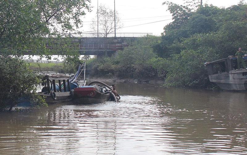 Nổ súng truy bắt tám thuyền hút cát trái phép trên sông Đồng Nai