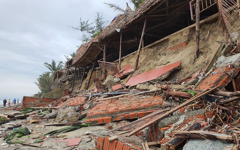 Sóng lớn, nhiều nhà hàng ven bờ biển Hội An bị sạt lở -0