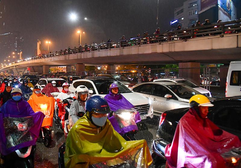 Mưa lớn, ùn tắc kéo dài trong giờ tan tầm tại Hà Nội -0