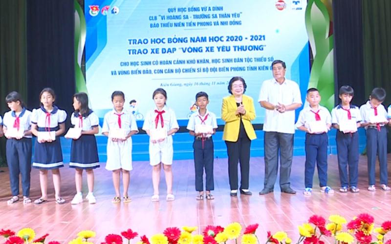 Trao học bổng Vừ A Dính tại Kiên Giang -0