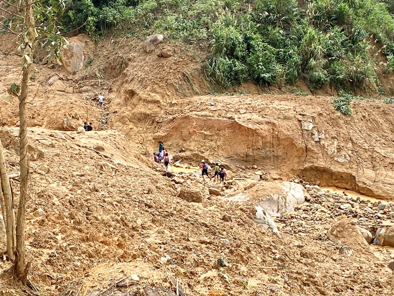 Sạt lở bủa vây huyện miền núi Sơn Tây, Quảng Ngãi -0