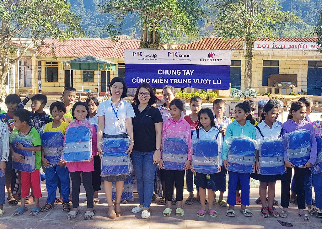 Báo Nhân dân cùng Tập đoàn Công nghệ MK tặng quà Trường Tiểu học-THCS Hướng Việt -0