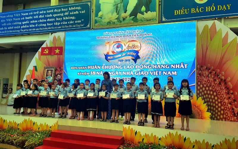 Trường tiểu học Đinh Tiên Hoàng đón nhận Huân chương Lao động hạng nhất -0