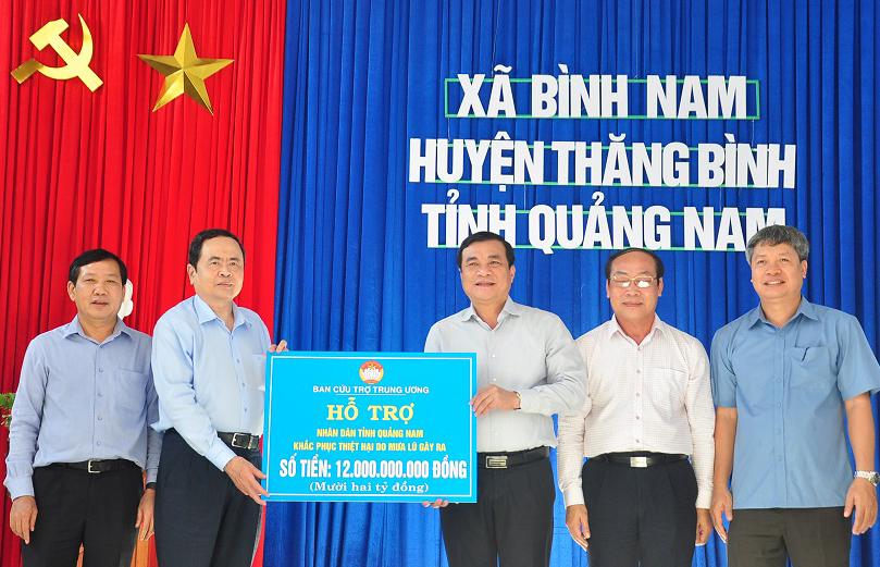 Thăm và tặng quà người dân thiệt hại bão lũ ở Quảng Nam -0
