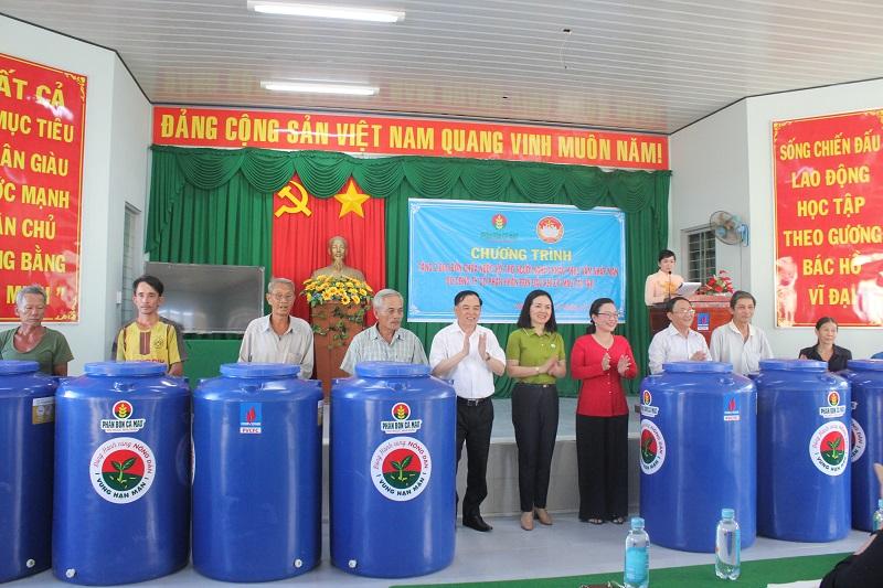 Trao 2.000 bồn chứa nước cho người dân vùng hạn mặn Bến Tre -0