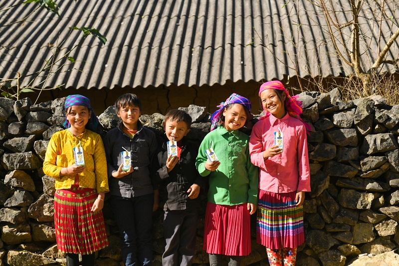 Quỹ sữa vươn cao Việt Nam trao tặng 94 nghìn ly sữa cho trẻ em khó khăn Hà Giang -0