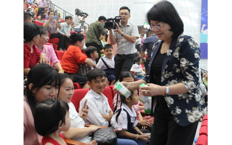 Phó Chủ tịch nước Đặng Thị Ngọc Thịnh dự Ngày hội Sữa học đường tại Vĩnh Long -0