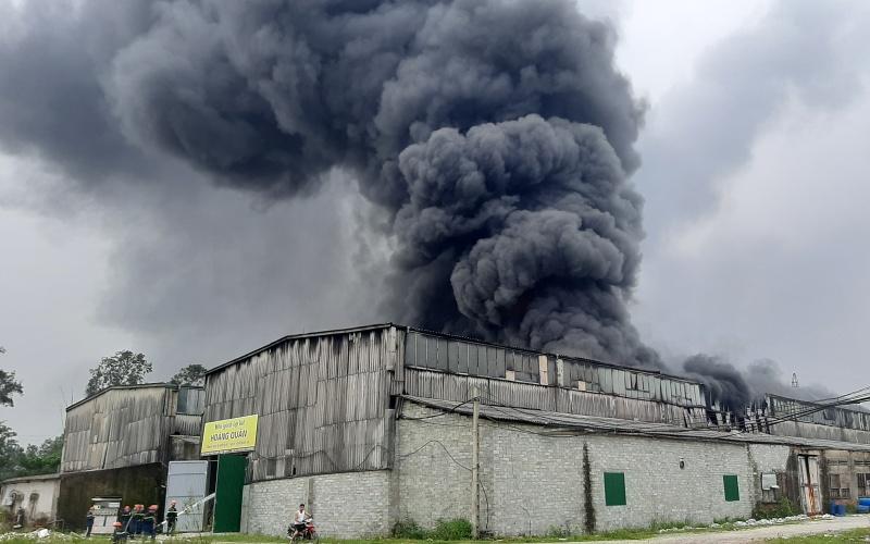 Cháy lớn tại kho chứa hàng ở thành phố Vinh (Nghệ An) -0