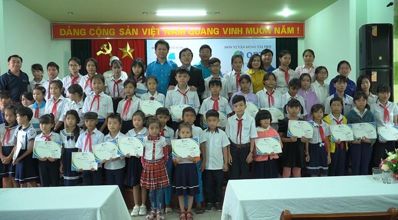 """Trao học bổng """"Vì tương lai xanh"""" cho học sinh vùng bão, lũ Quảng Ngãi -0"""