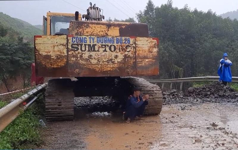 Nỗ lực khắc phục hậu quả mưa lũ, sạt lở, sụt lún đất ở Đắk Lắk -0