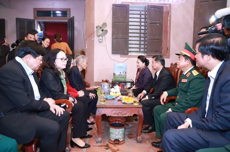 Chủ tịch Quốc hội Nguyễn Thị Kim Ngân dâng hương tại Khu di tích Kim Liên -0
