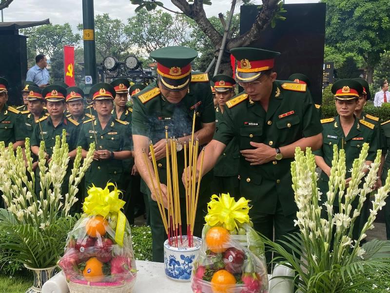 Lãnh đạo TP Hồ Chí Minh dâng hương tưởng nhớ Chủ tịch nước, Đại tướng Lê Đức Anh -0