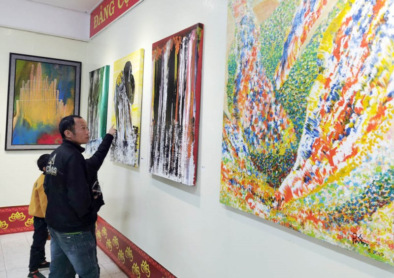 """Họa sĩ Võ Trịnh Biện pha màu """"Mùa đông"""" nồng nàn bằng kim tiêm -0"""