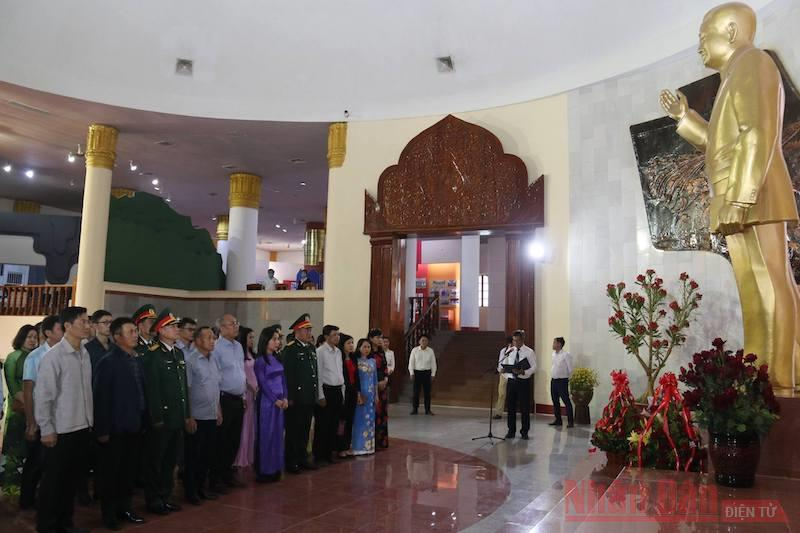 Dâng hoa kỷ niệm 100 năm Ngày sinh Chủ tịch Cayson Phomvihan -0