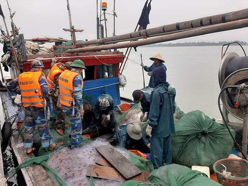 Bắt giữ ba tàu cá khai thác thủy sản trái phép trên vùng biển Cửa Lò -0