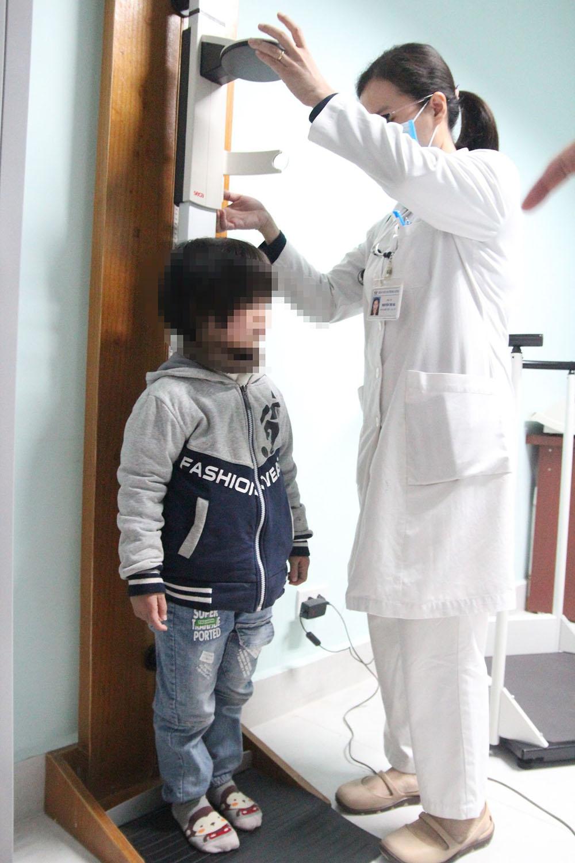 Chín tuổi chỉ nặng như trẻ 1,5 tuổi, bác sĩ cảnh báo bệnh thiếu hormone tăng trưởng -0