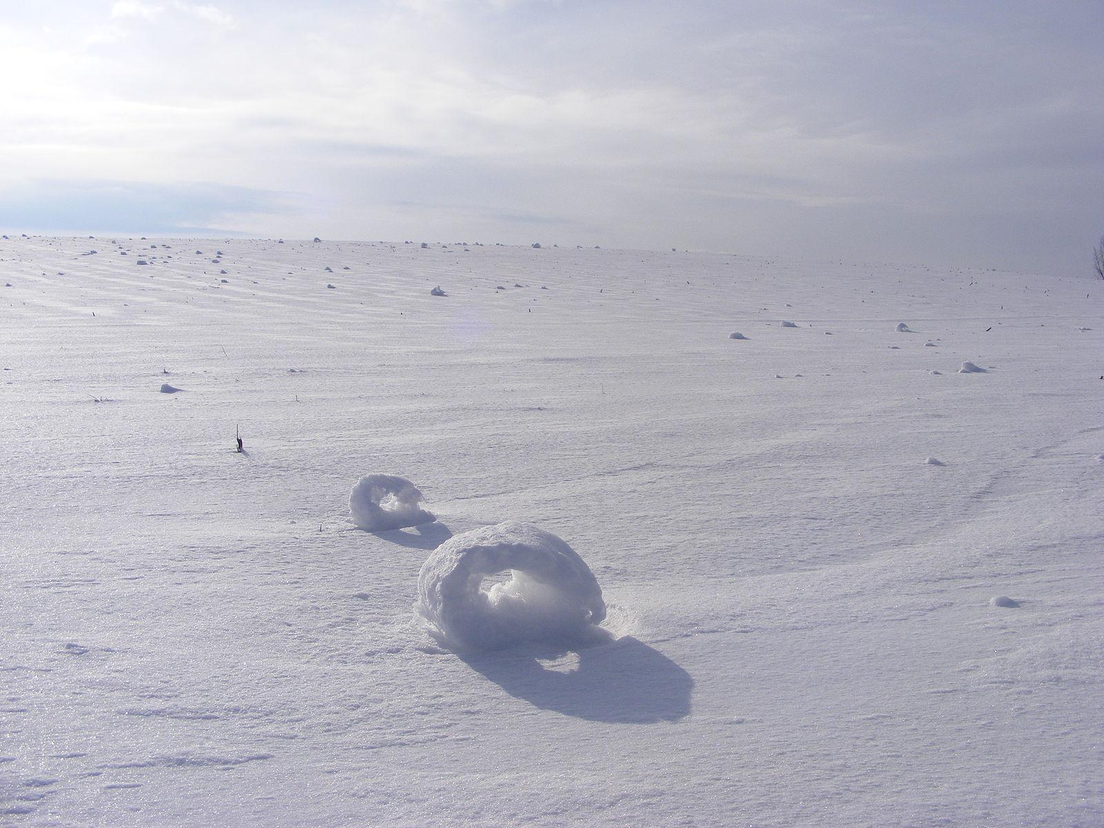 Kỳ thú những chiếc bánh tuyết tự lăn trên thảo nguyên -0