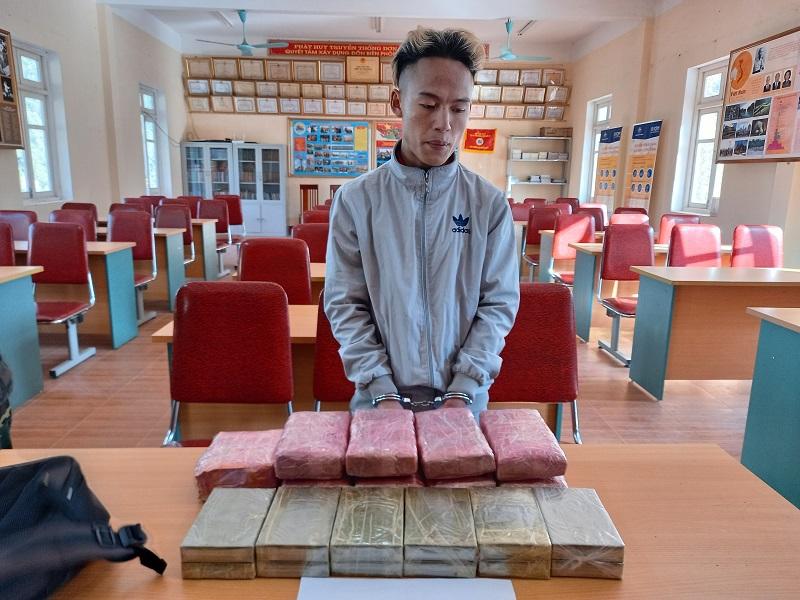 Bắt ba đối tượng thu giữ 12 bánh hêroin, 54.000 viên ma túy, một kg ma túy đá -0