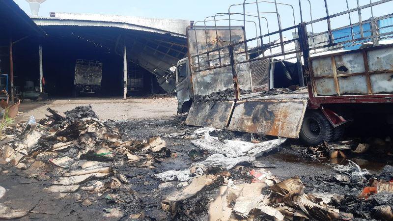 Cháy lớn xưởng gỗ, lan sang thiêu rụi ba ô-tô trong gara -0