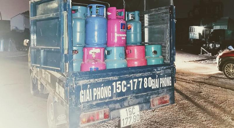 Sang chiết gas trái phép trong cảng Lê Quốc -0