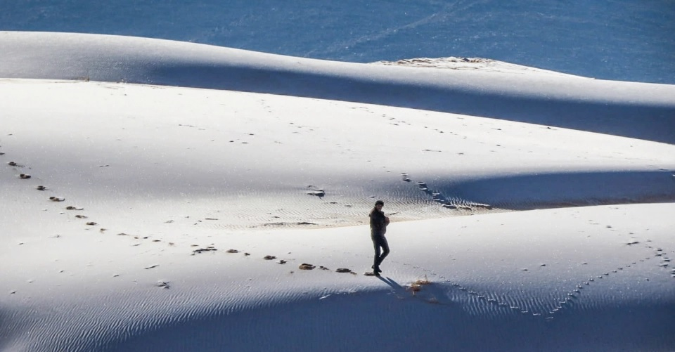 Tuyết rơi hiếm hoi ở sa mạc Sahara -0
