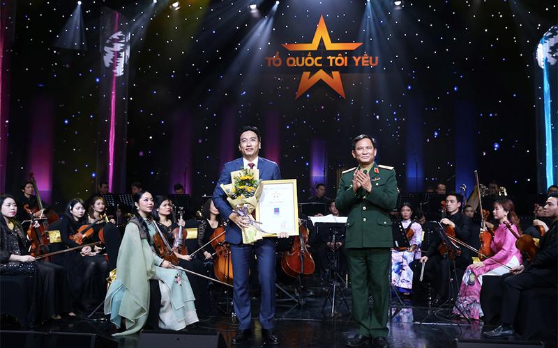 """PVN-PV GAS ủng hộ ba tỷ đồng cho """"Quỹ đền ơn đáp nghĩa"""" của Bộ Quốc phòng tại Live concert """"Tổ quốc tôi yêu"""" -0"""