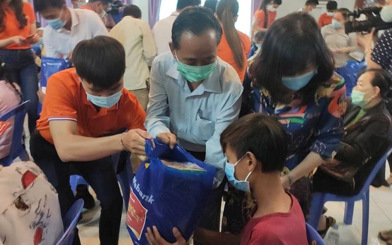 Ngân hàng Việt Nam tặng quà Tết cho người Campuchia gốc Việt tại Phnom Penh -0