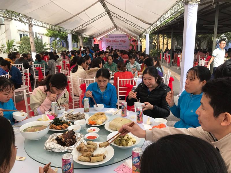 Tặng quà, tổ chức bữa cơm tất niên cho công nhân lao động nghèo Thái Bình -0