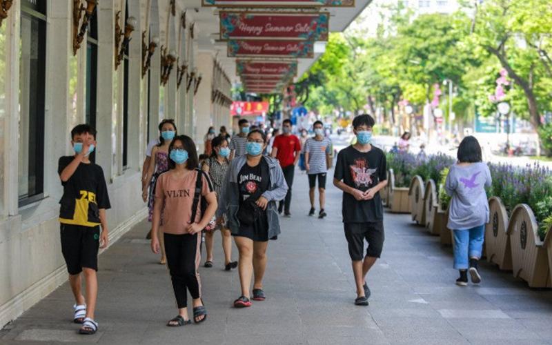Hà Nội xử phạt hàng trăm người không đeo khẩu trang nơi công cộng - Báo  Nhân Dân
