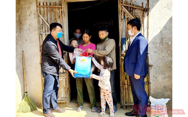 Báo Nhân Dân phối hợp tặng quà Tết cho các nhân chất độc da cam, hộ nghèo -0