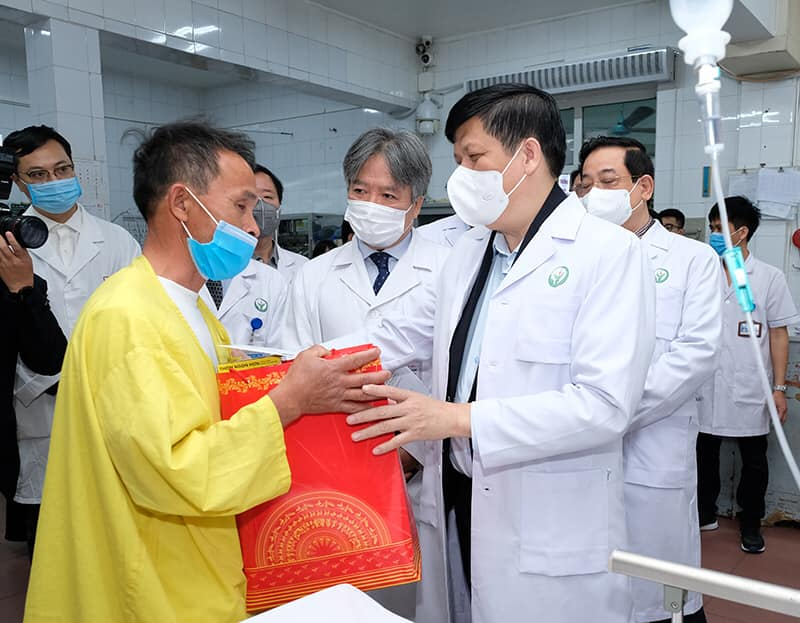 Bộ trưởng Y tế chúc Tết tại hai bệnh viện lớn tuyến Trung ương -0