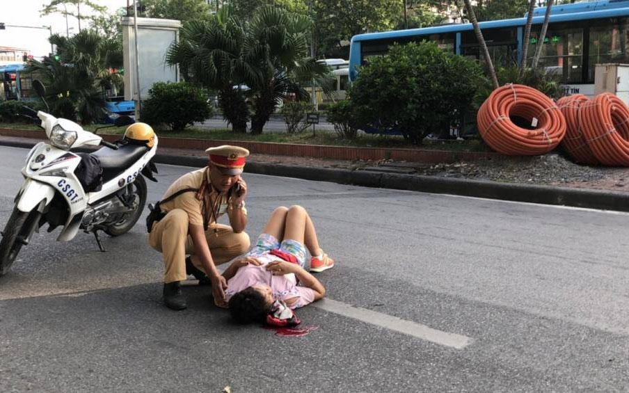 Chuyện về Cảnh sát giao thông giúp người dân vượt qua giây phút sinh tử -0