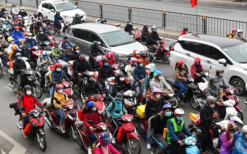 Hàng dài các phương tiện trở lại Hà Nội trong ngày cuối cùng kỳ nghỉ Tết Nguyên Đán -0