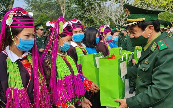 Dâng hương tưởng niệm và trồng cây tại Đài tưởng niệm Liệt sĩ Pò Hèn -0