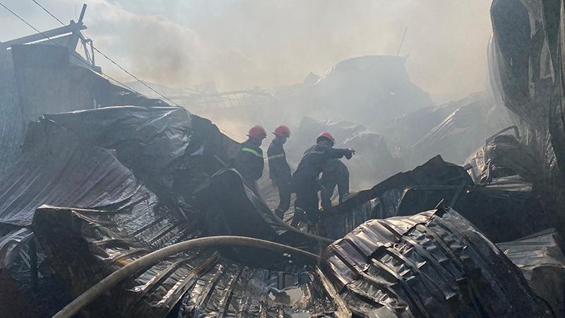 Khống chế vụ cháy ki-ốt và cửa hàng đồ gỗ tại Bình Dương -0