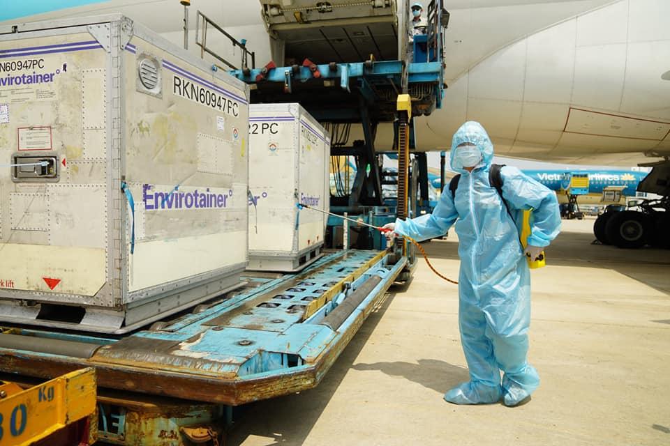 Lô vaccine ngừa Covid-19 đầu tiên đã về Việt Nam -0