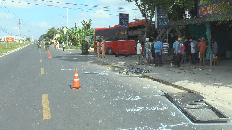Xe khách va chạm xe đạp, ba người tử vong -0