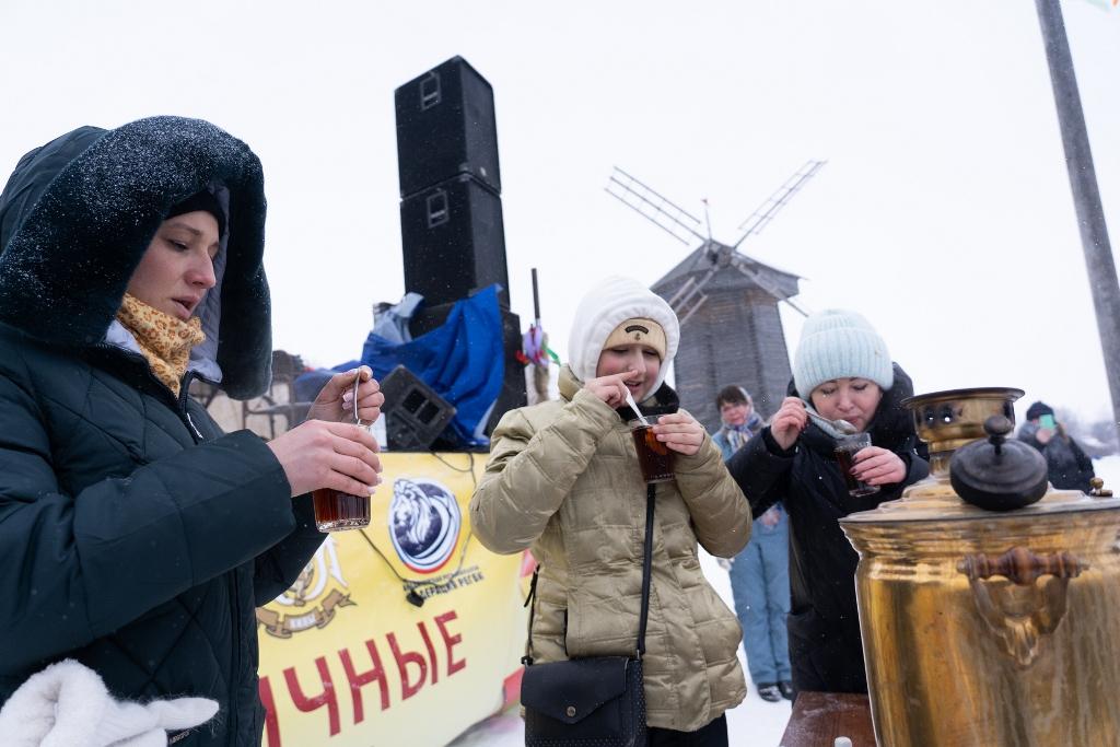 Người Nga tưng bừng tiễn mùa đông -0