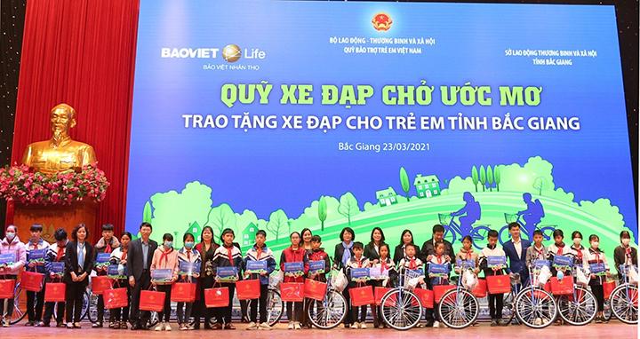 Tặng xe đạp cho trẻ hiếu học có hoàn cảnh khó khăn -0