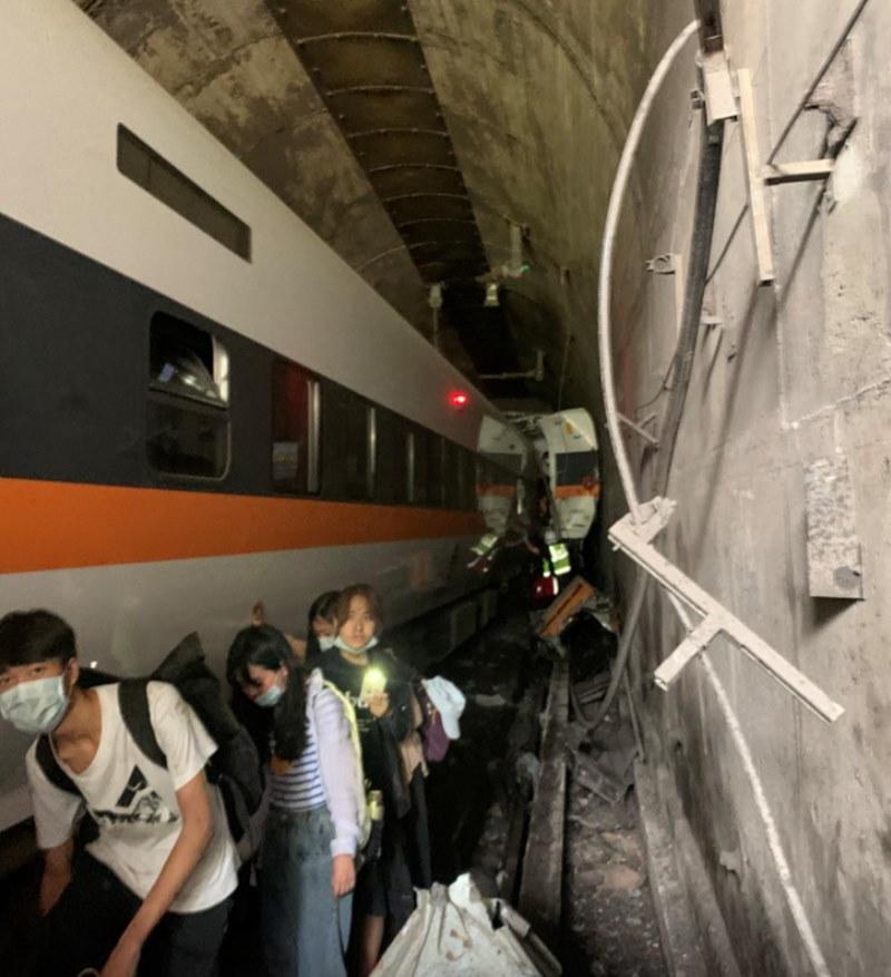 Tàu trật đường ray tại Đài Loan (Trung Quốc), ít nhất 36 người thiệt mạng -0