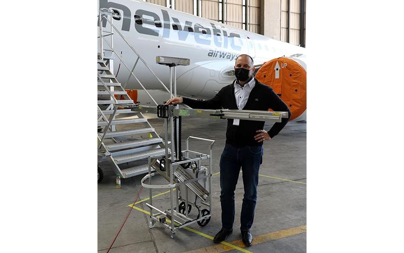 Thụy Sĩ thử nghiệm khử trùng máy bay bằng robot chiếu tia cực tím  -0