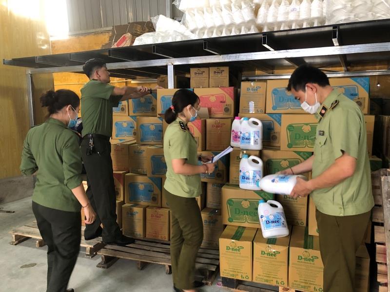 Phát hiện xưởng sản xuất nước giặt, nước rửa chén giả mạo hàng Thái Lan -0